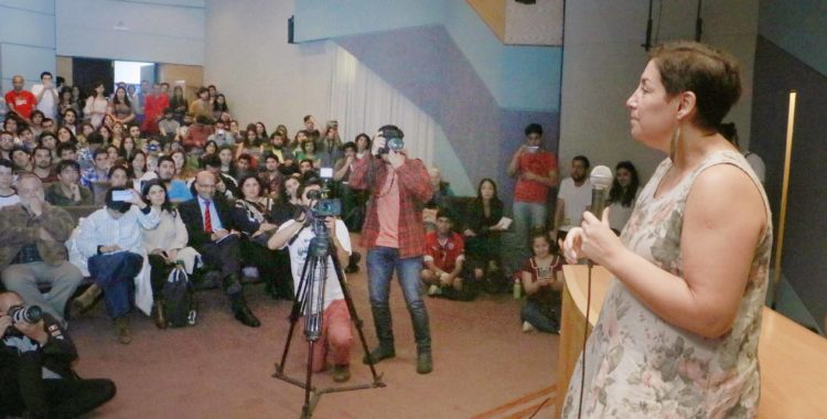Beatriz Sánchez impartió clase inaugural de la carrera de Periodismo