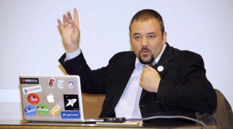 Fundador de Poderopedia dictará conferencia sobre posverdad y noticias falsas