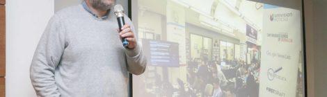 Periodista creador de Poderopedia ofreció conferencia sobre posverdad y noticias falsas